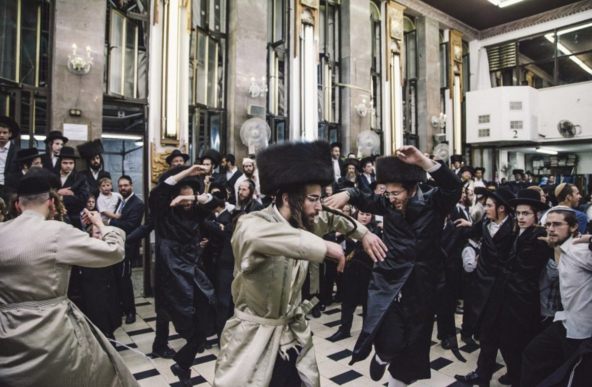 Ultra-Orthodox people dance in the feast of the Torah, a sacred celebration in a synagogue in Mea Shearim.
